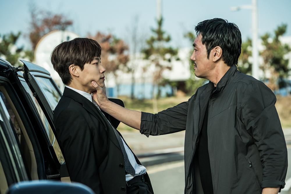 韓版《毒戰》中,兩位男主角火花四濺。