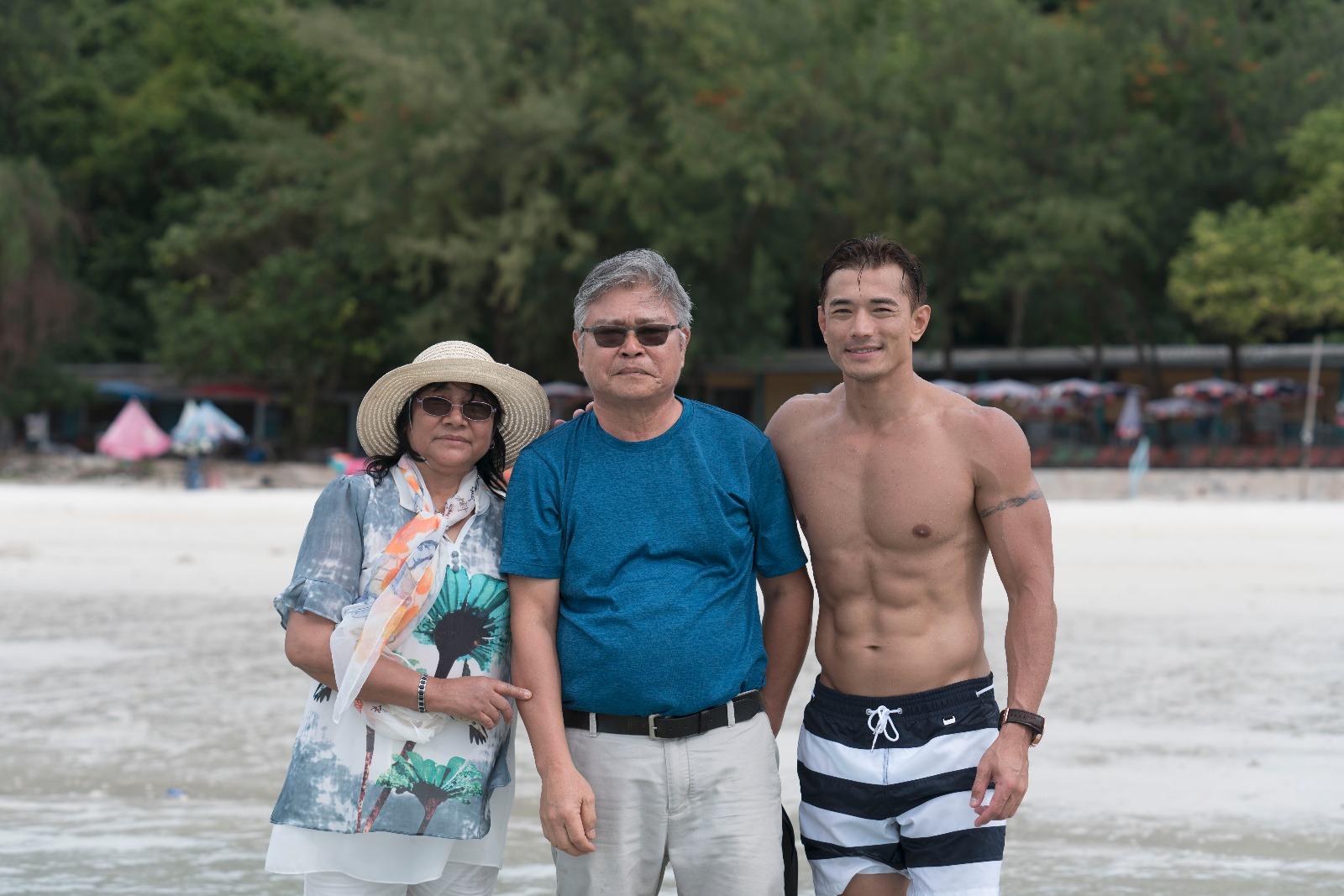 黃致豪此行更邀請父母一起到泰國旅行,實行全包宴。