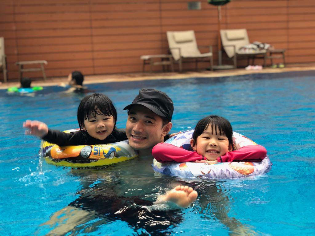 黃致豪不用開工時,相當享受親子樂,最喜歡與仔女暢泳。