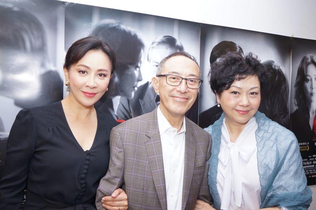 毛俊輝與嘉玲排練兩個月,直至第四場公演,他才有空與太太胡美儀和嘉玲三人合照。