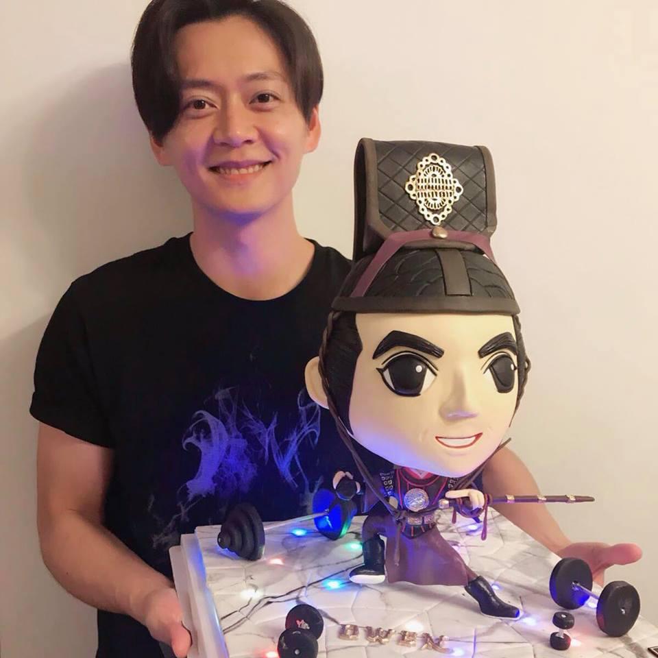 上月張振朗生日,在facebook上載一個立體「展昭」蛋糕的照片,眼利的網民很快就認出,立體蛋糕出自胡定欣的好友蛋糕師傑作。
