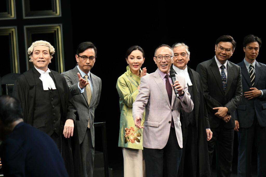 導演毛俊輝與眾演員一起祝酒,他表示看見大家落力演出,十分感動。