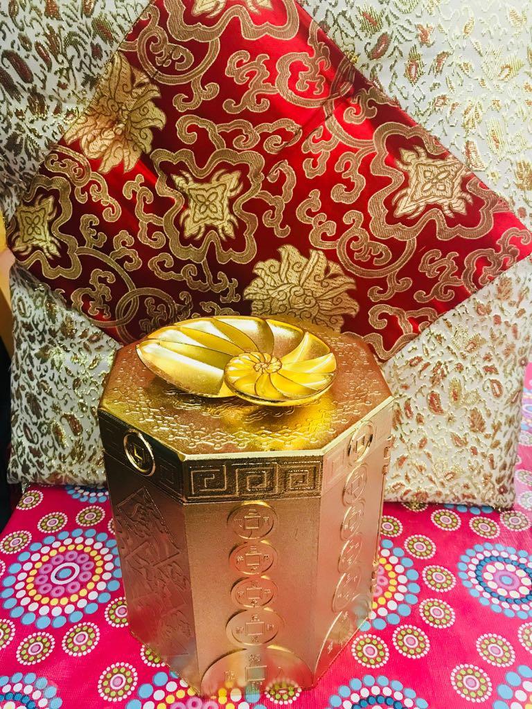 大師送贈的寶箱十分精美,令家燕姐愛不釋手。