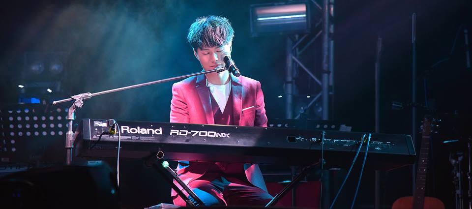 自小被母親逼着學琴,做了歌手後才發現有用。