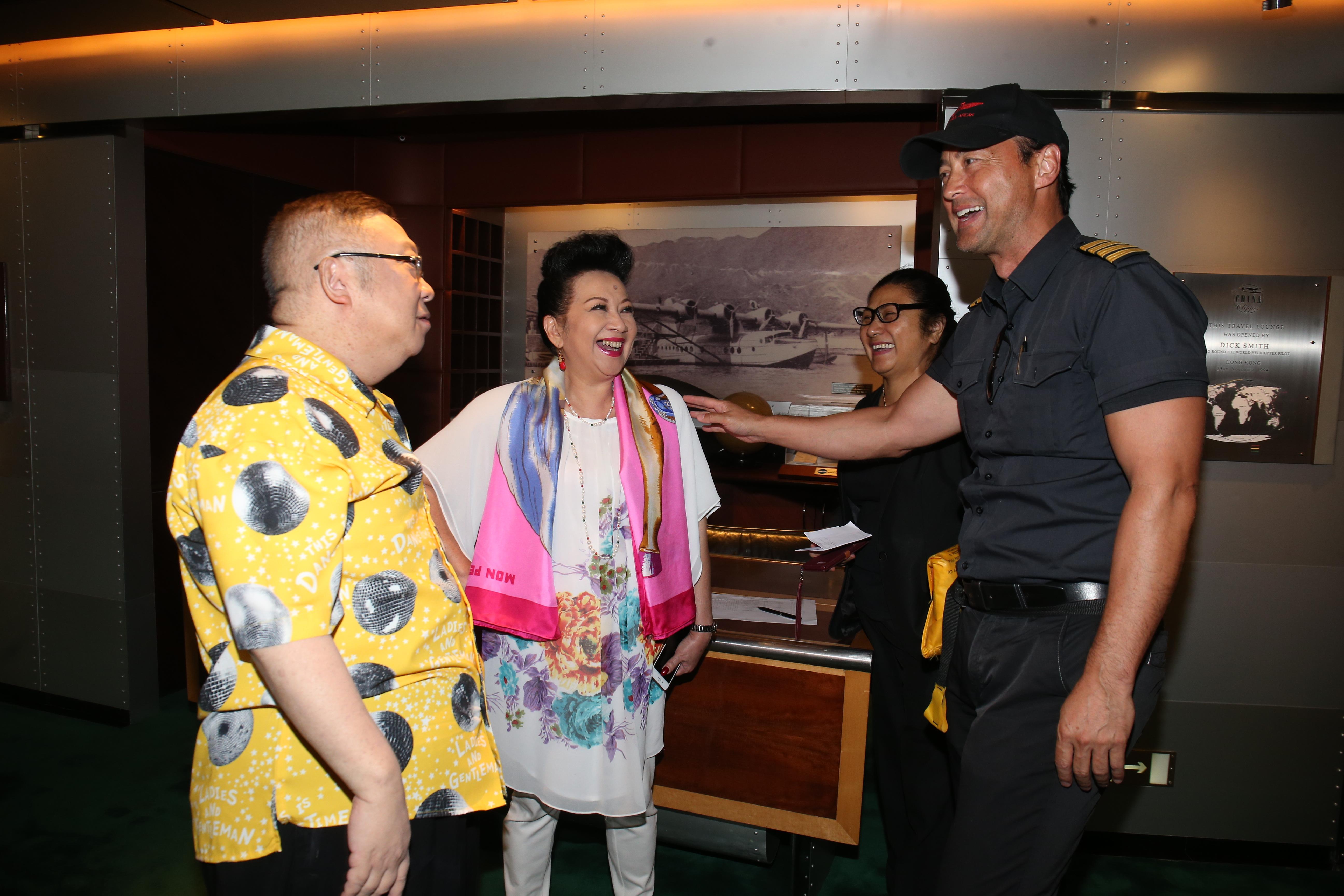 薛家燕與李居明準備上直升機之前,才知道王敏德擔任是次機師,家燕姐相當興奮。