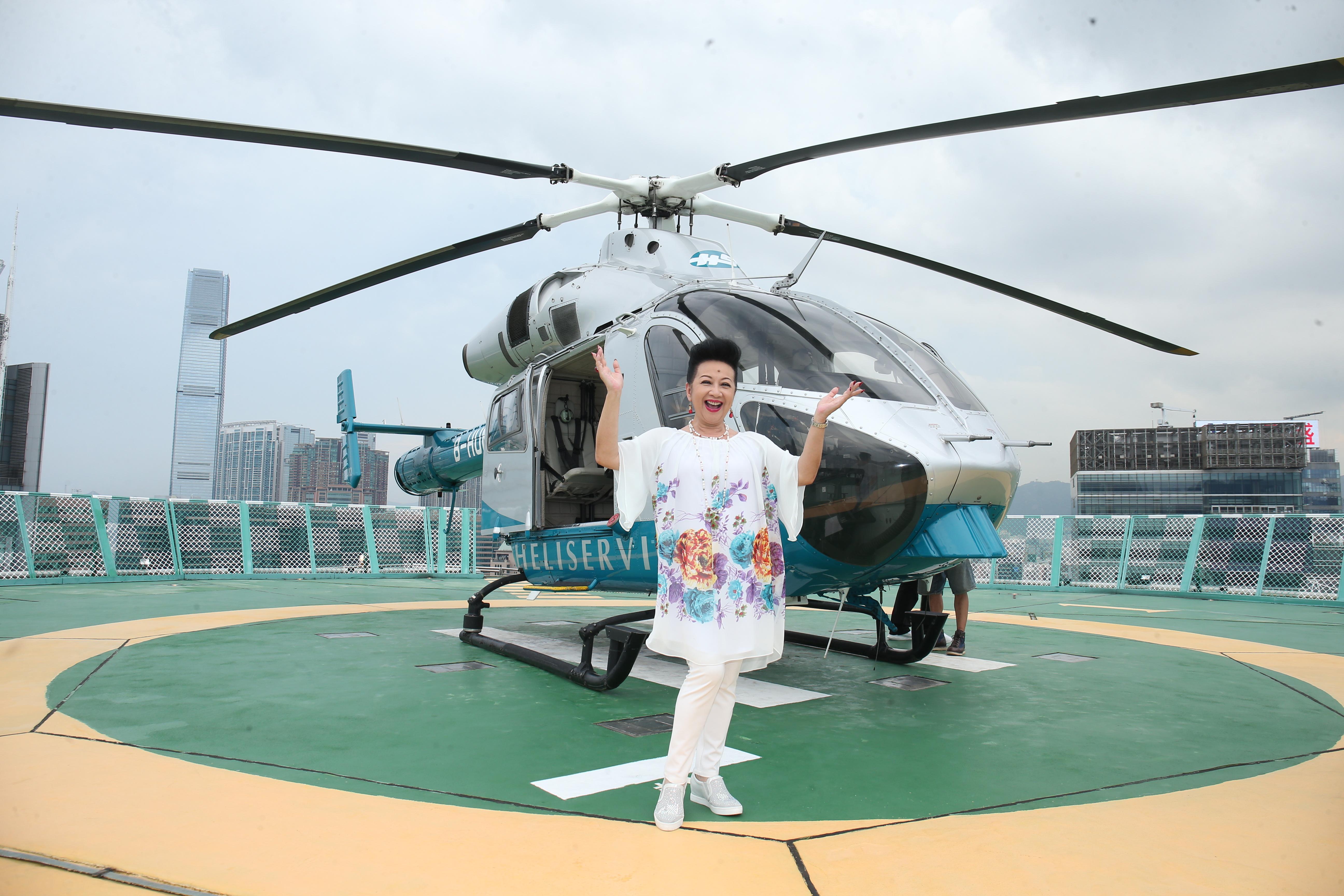 家燕姐百忙中抽時間為李居明大師的電影客串,她被安排坐直升機飽覽全香港景色。