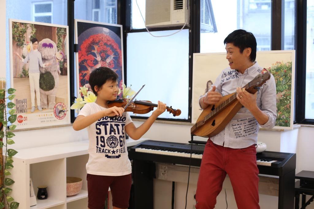 已考獲小提琴五級的yuji,在沒有排練下,跟爸爸即興合奏,十分動聽。