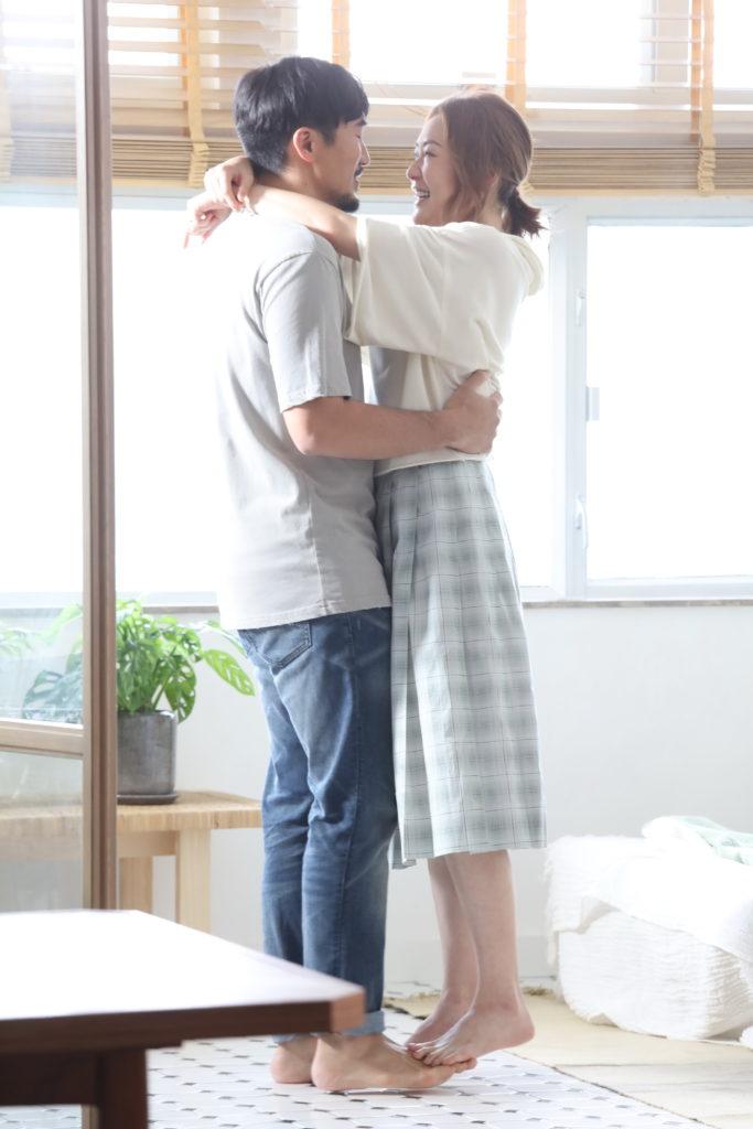 阿田新歌《兩口子》講述夫妻間的生活點滴,當中不乏溫馨場面。