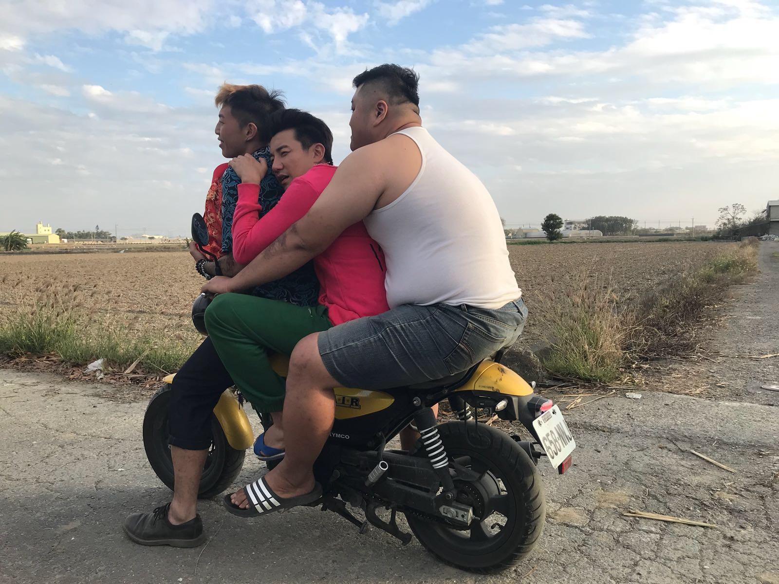 洪永城表示劇中受盡凌辱,連坐電單車都被迫夾「三文治」。