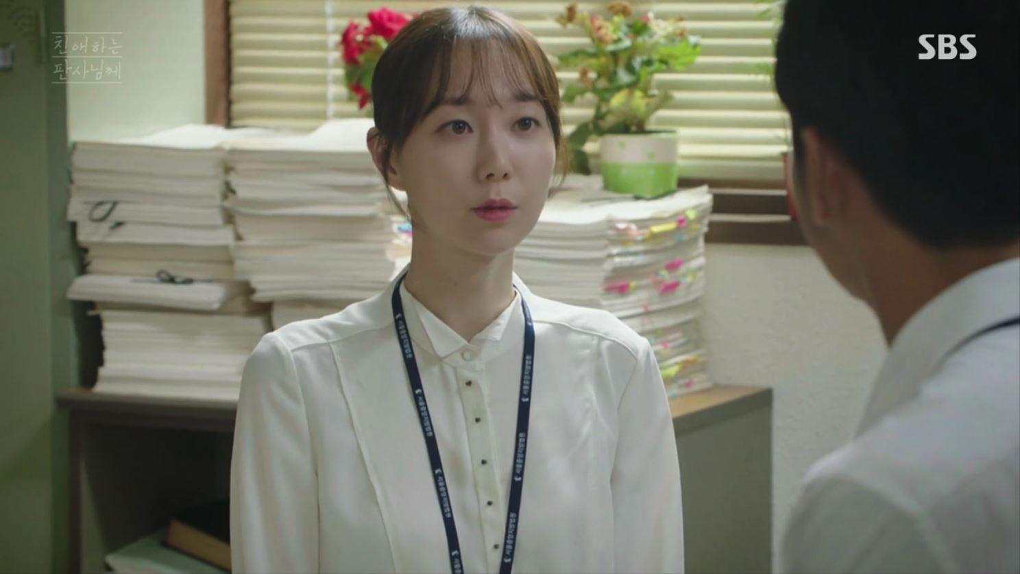 李宥英飾演司法研修院生,在江浩手下工作。