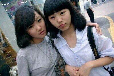 成員華莎和輝人(右)是從初中起的好朋友,更有相同的友情紋身,是韓娛圈的的佳話。