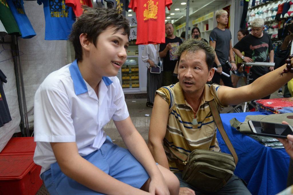 智叔角色是在女人街售賣T恤及香港紀念品,終日流連賭檔,常要梁珈榕來看檔。