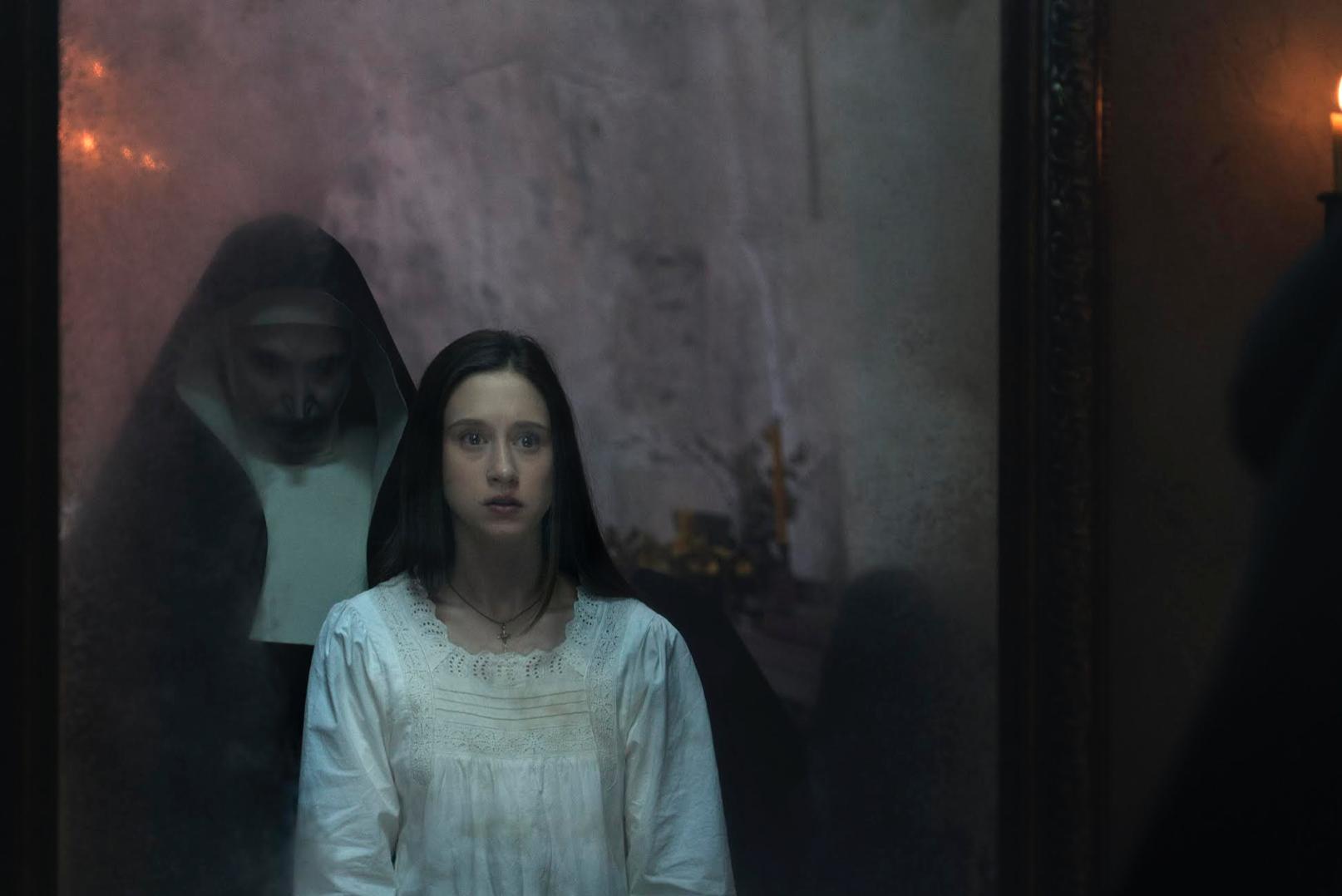 電影設定於一九五二年的羅馬尼亞,見習修女艾蓮(右,泰莎法米嘉飾)慘成詭修女(邦妮亞朗絲飾)的對付目標。
