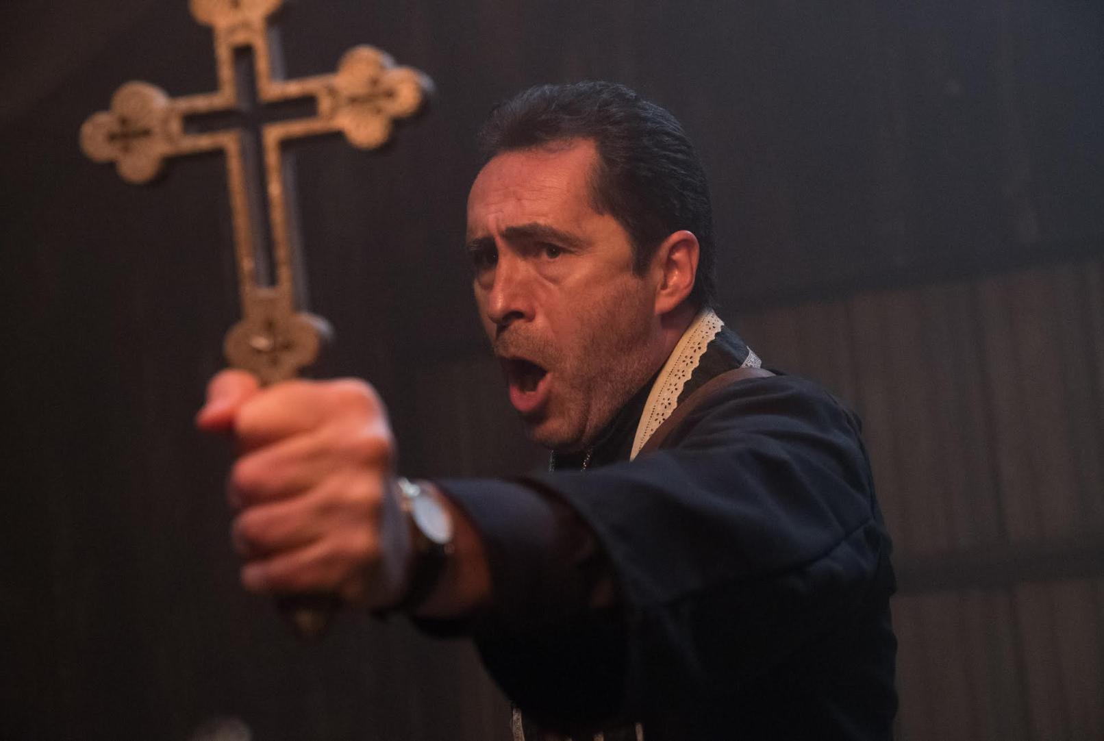 迪文畢治爾飾演的伯克神父既要查找詭修女的真相,亦要面對自己的心魔,性命岌岌可危。