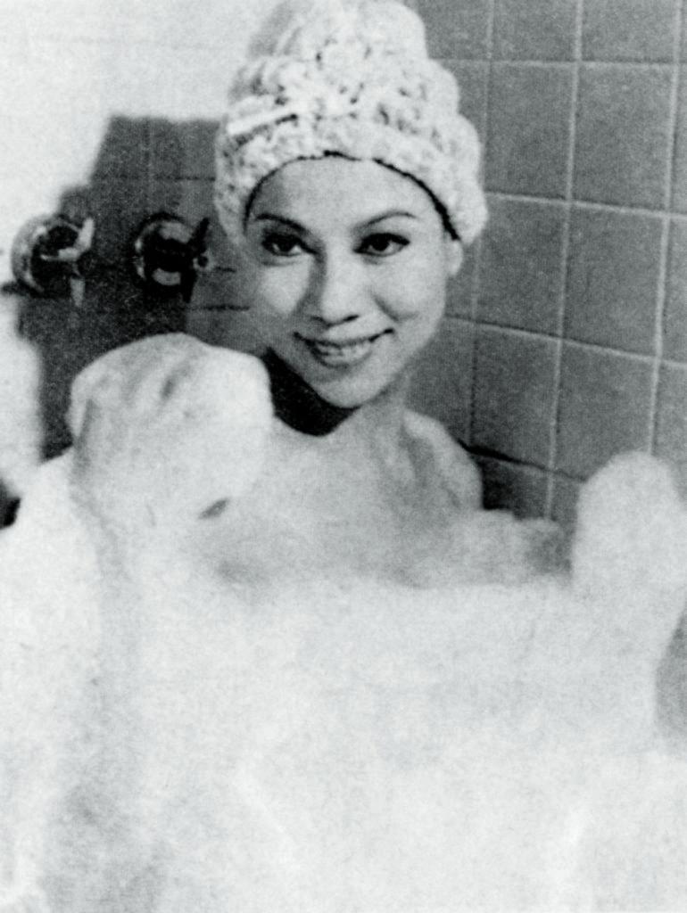 羅蘭在粵語片時代主要演惡女或艷女角色,其中有出浴戲。