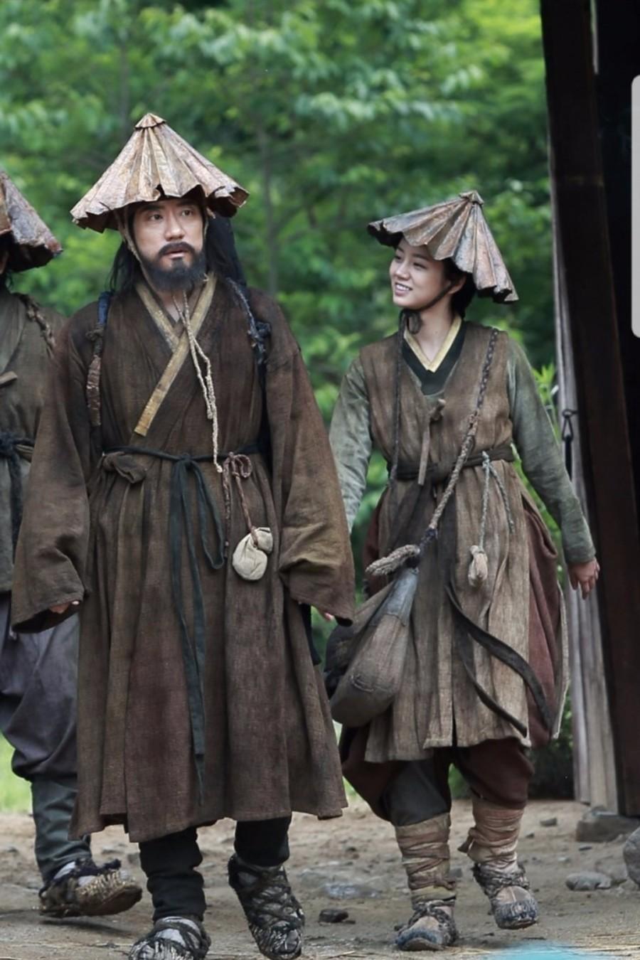 金明民(左)飾演將軍尹謙,因大膽的諫言差點被殺,帶着瘟疫遺孤尹明,還鄉過着平凡的生活,最終因怪獸的出現而出山。