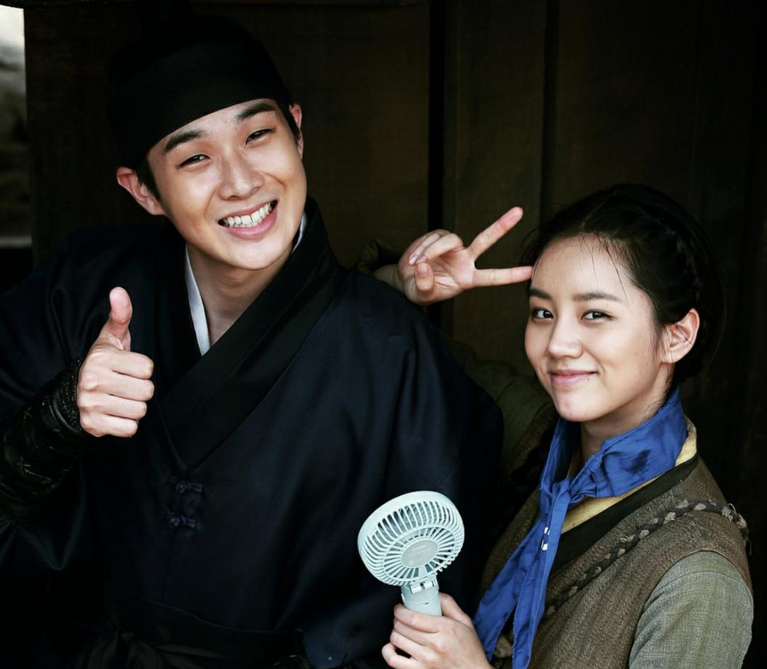 崔宇植(左)並非第一次拍史劇,演古裝沒難度。