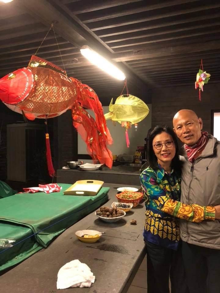 中秋節,阿姐及家英哥在香港賞月,二人相擁好溫馨。
