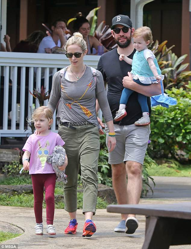 4c39341800000578-5727923-family_emily_blunt_was_spotted_on_sunday_celebrating_mother_s_da-m-112_1526317295088