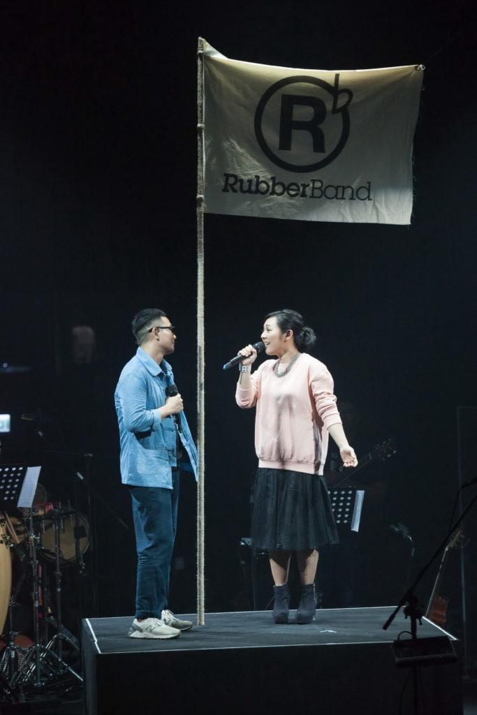 C RubberBand很多歌曲都由Tim Lui填詞,被視為隱形隊友的她,早前終於走到台上跟丈夫合唱。