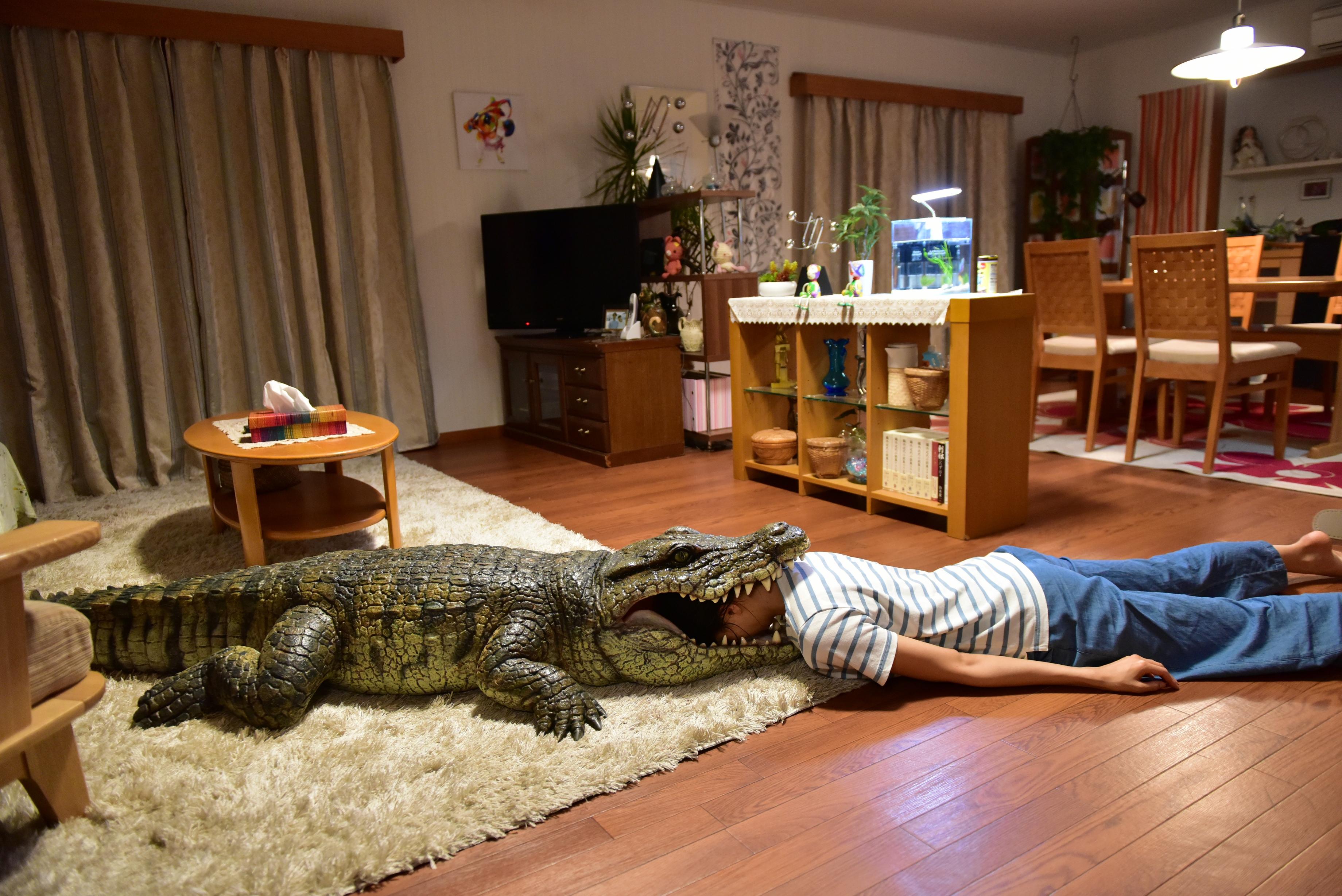 千惠創意爆棚,非常投入扮死,這個被鱷魚咬死的死法最受網友歡迎。