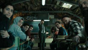 教授(中,Álvaro Morte飾)用長時間策劃劫案,並訓練劫匪應對警方及人質的攻勢。