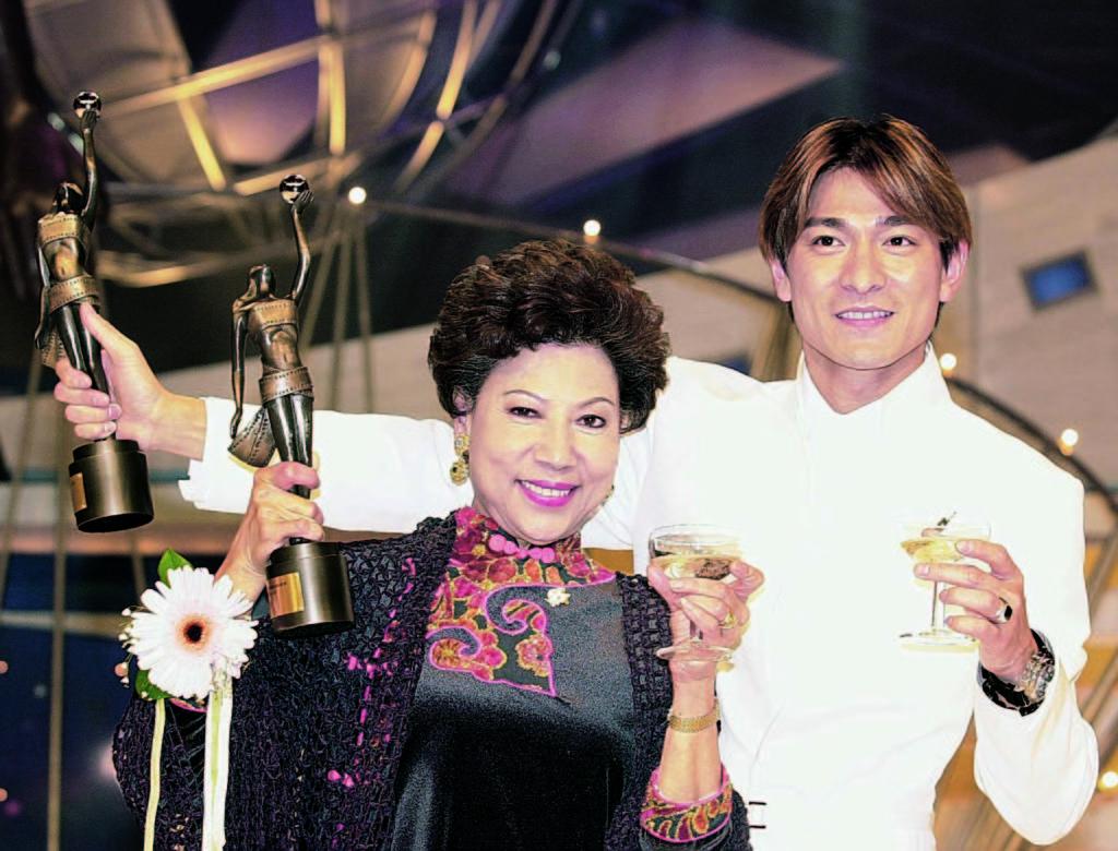 ○○年羅蘭獲頒香港電影金像獎最佳女主角,同屆影帝是《暗戰》的劉德華。