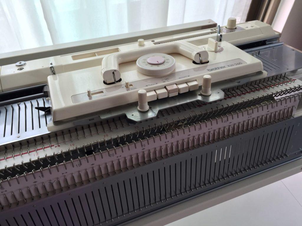 陳秀雯家中設有手動織冷衫機,非常專業。
