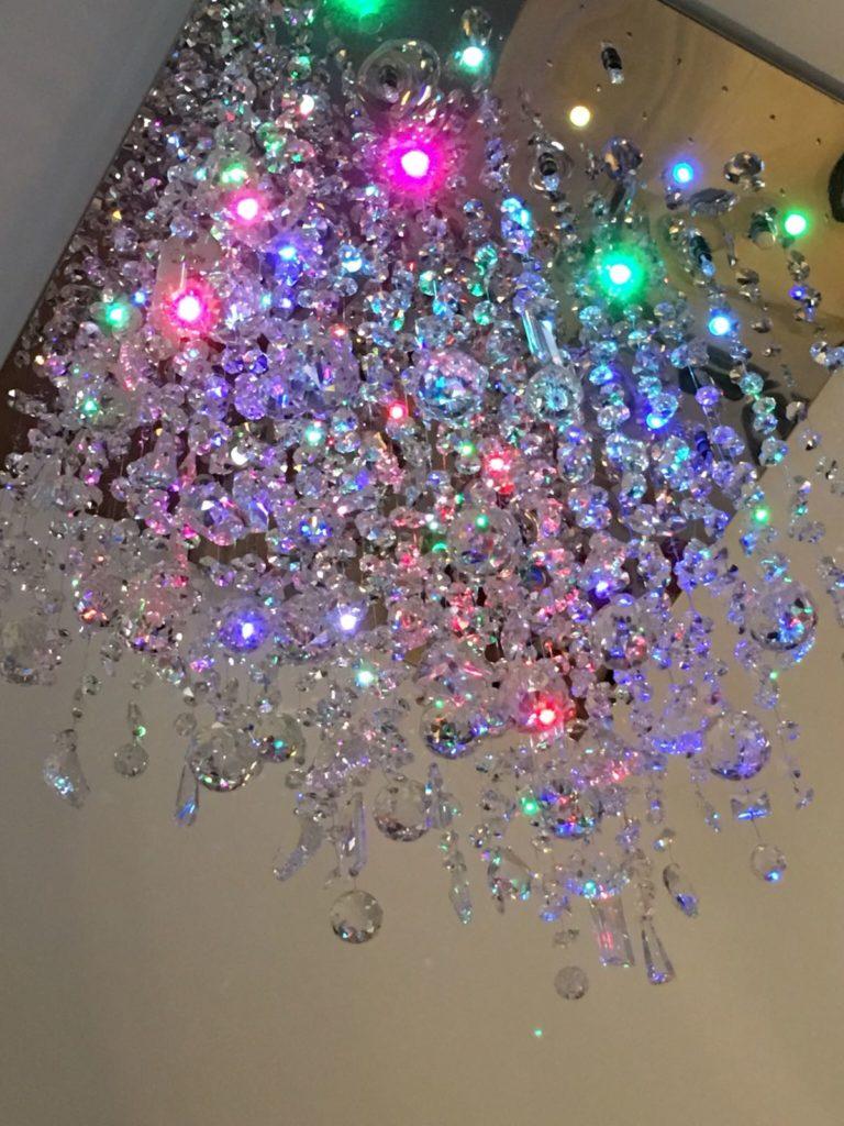 在燈飾店購買底座回來,自行穿上一百四十四條水晶,效果猶如雨點般,陳秀雯將燈命名為Rain Drop。