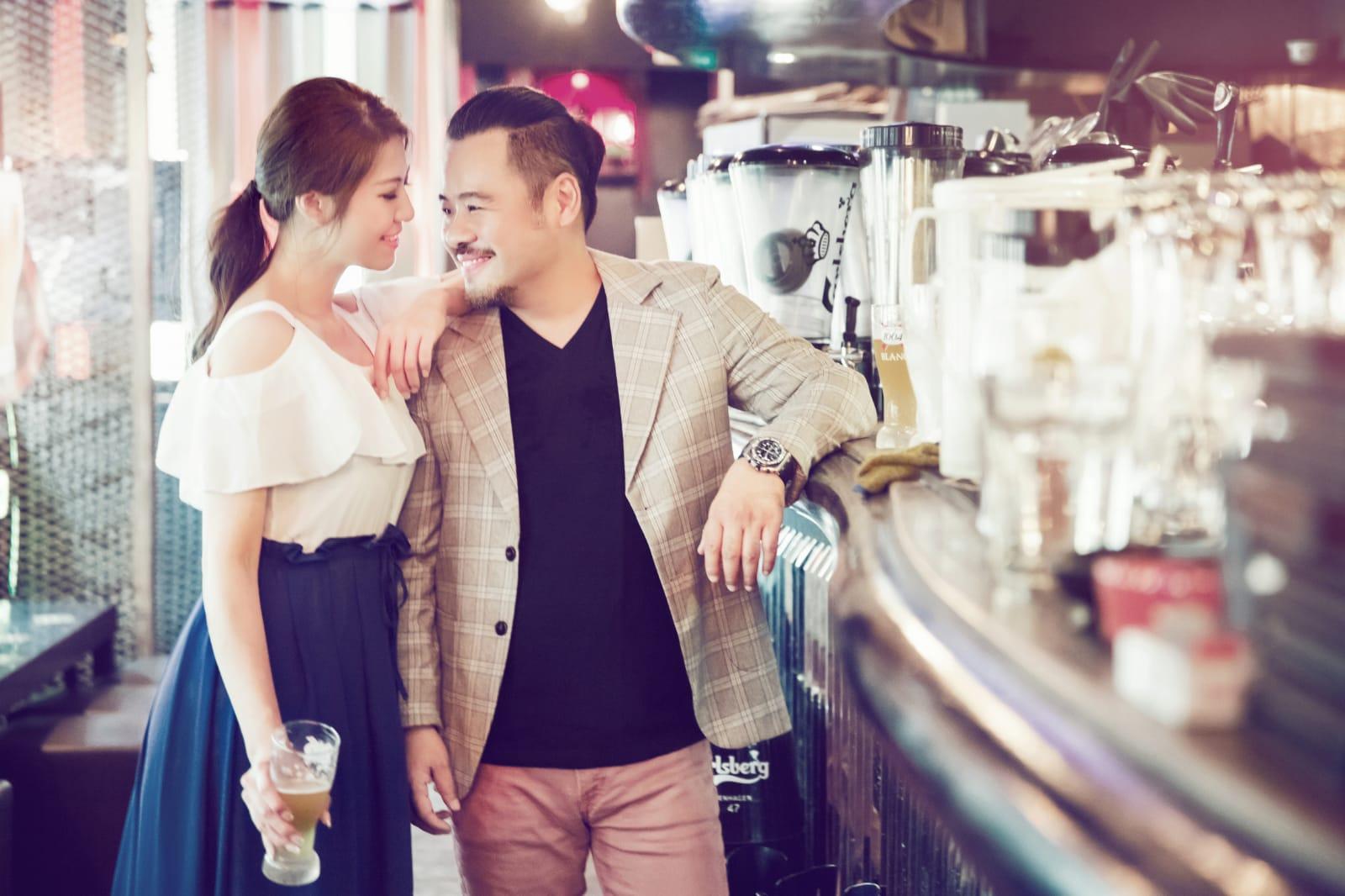 兩人重回當日相識的酒吧拍攝照片作留念。