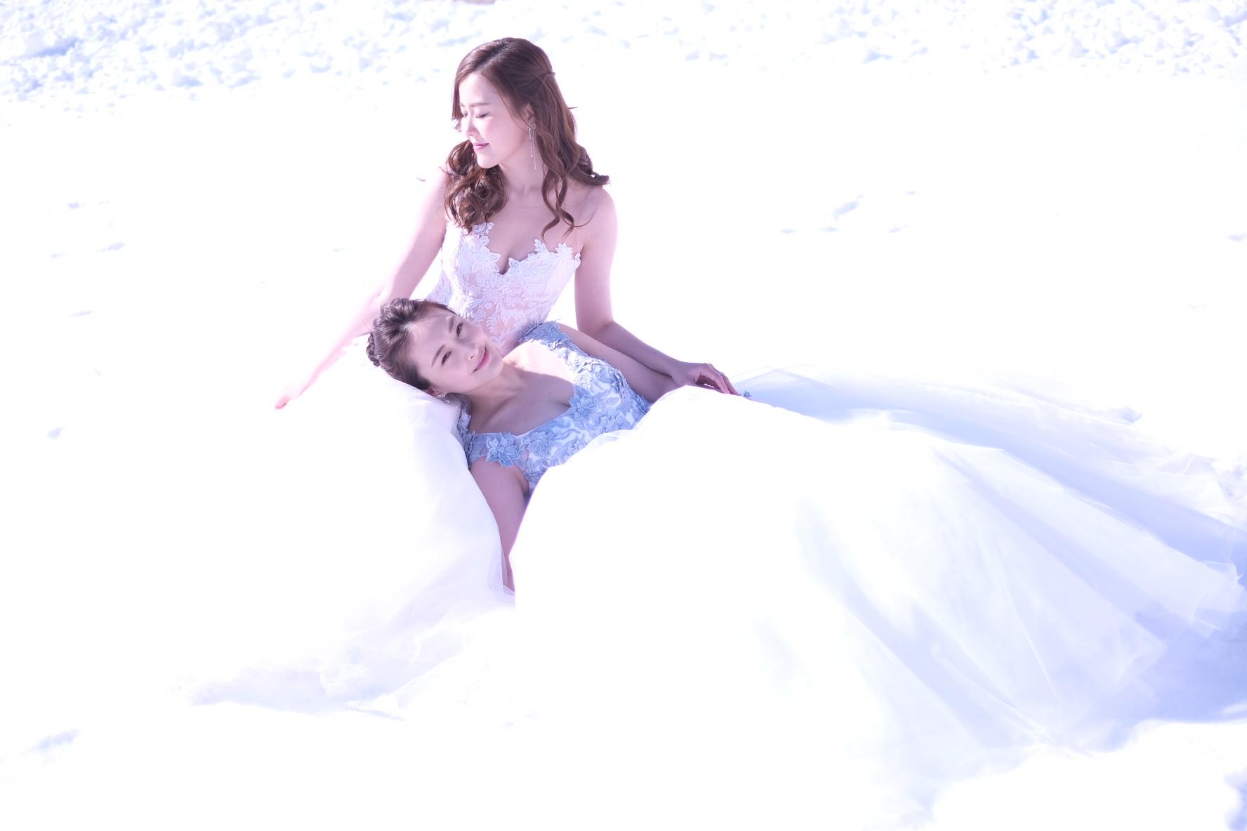 陳瀅好冧咁瞓在Moon的大腿上,畫面非常唯美,令人誤以為她們在拍攝pre wedding。