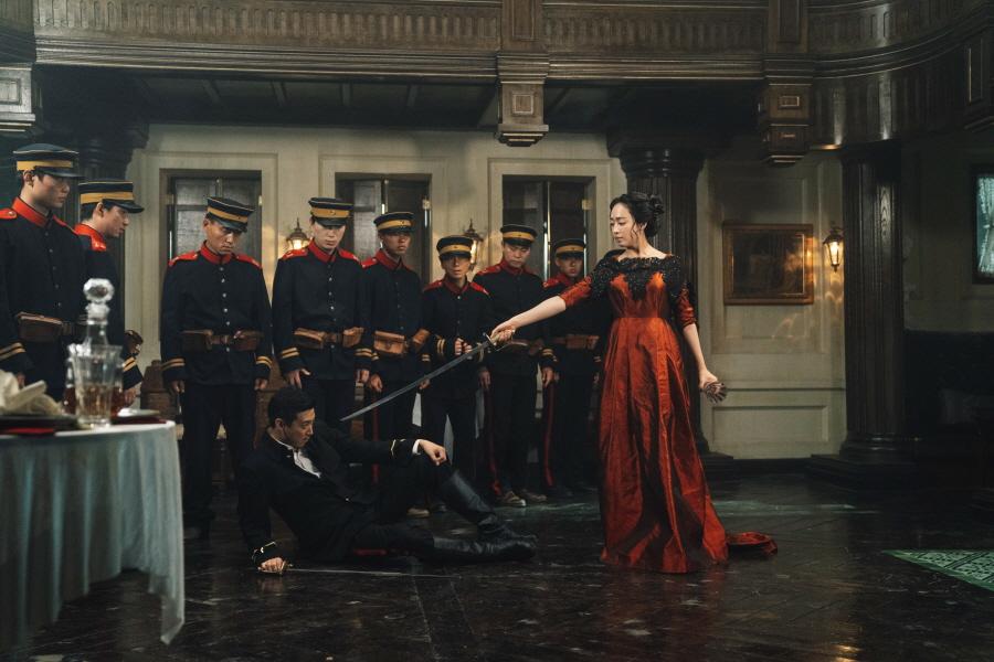 生於亂世身不由己,細看每個角色的人生都很悲涼,也造就劇中女角全都擁有不輸男士的烈女氣慨,包括金玟廷飾演的酒店女主人。