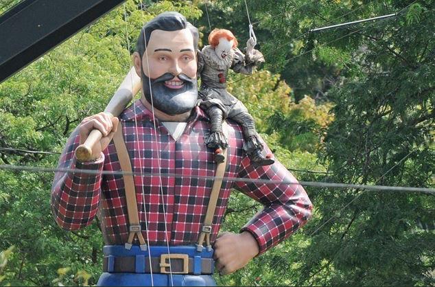 Bill Skarsgård飾演的小丑坐上了Paul Bunyan的肩膀上