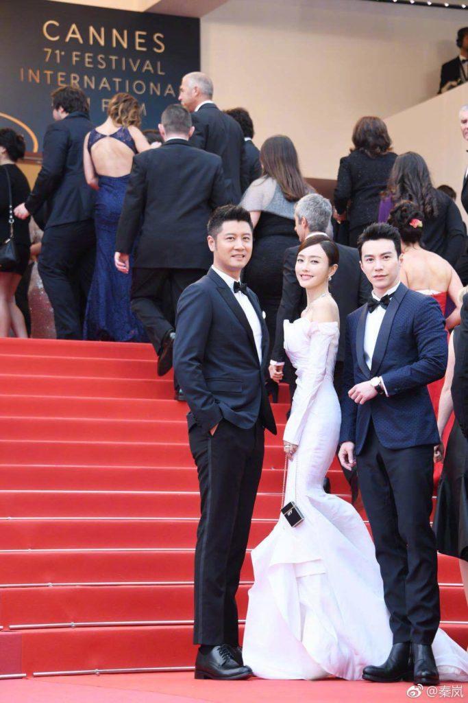 今年秦嵐亦帶了王冠逸出席康城影展,齊齊行紅地毯,王冠逸更幫忙整理長裙,非常有風度。