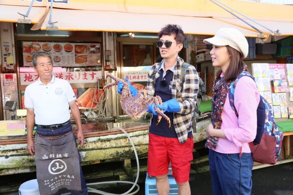 來到函館,他們一定要試試函館朝市的阿拉斯加皇帝蟹。
