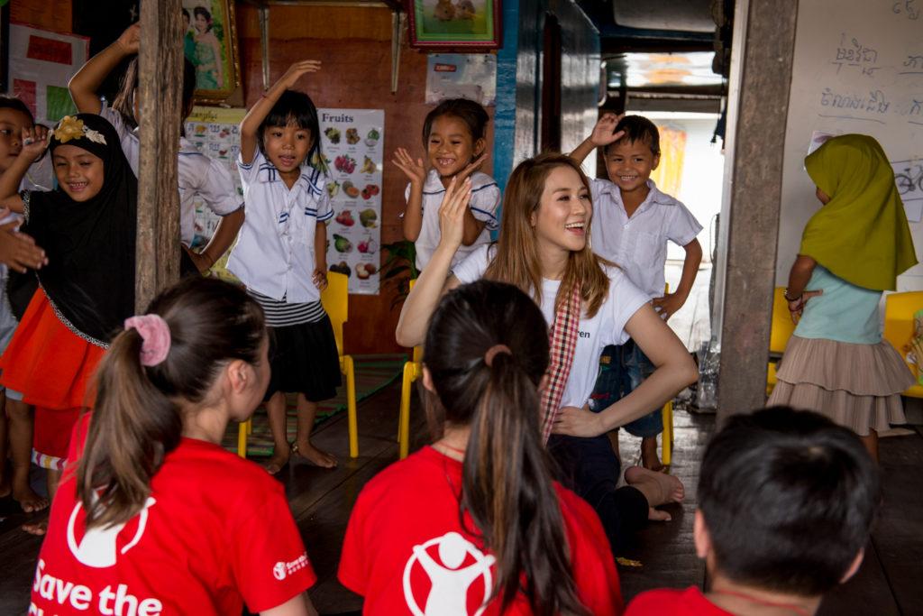 Cathy帶同子女Leanna、Hayley和Triston,一起參與救助兒童會在柬埔寨水上村莊的兒童早期教育和發展項目。