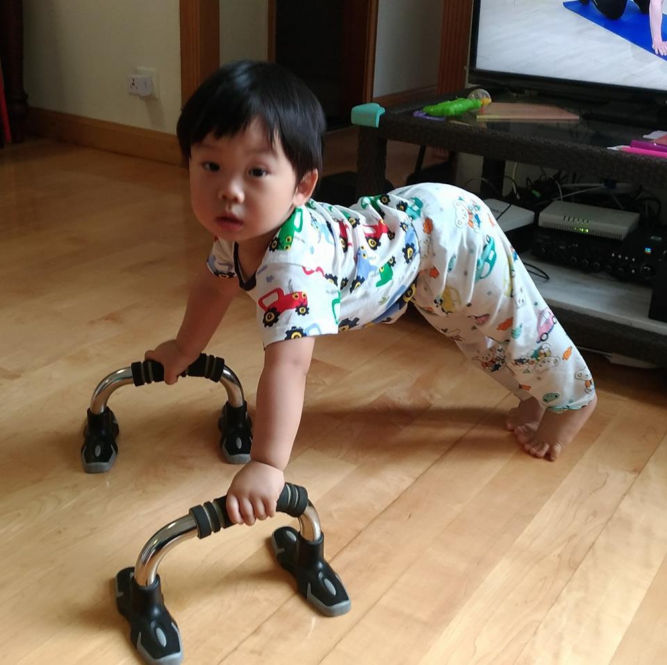 Keanu活潑好動,見過爸爸在家健身,便模仿起來,非常搞笑。