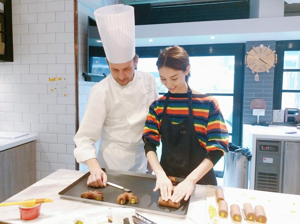 黃婉曼邀請法國藍帶廚藝學院的前技術總監Stephane Reinat來港授課,連陳凱琳亦是其學生。