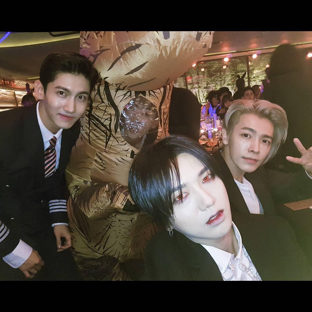 在昌珉、藝聲和東海身後,其實還有cosplay恐龍的銀赫啊!