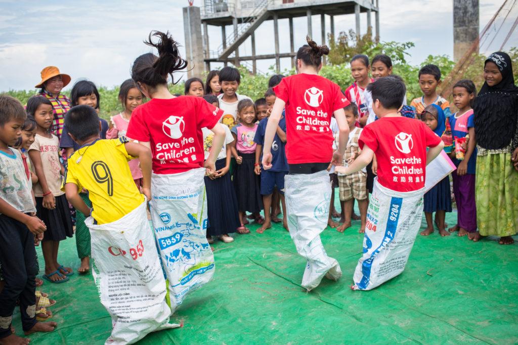 子女嘗試多項柬埔寨兒童的遊戲,其中有坐上鐵盆在水面上漂浮及穿麻包袋跳躍比賽。