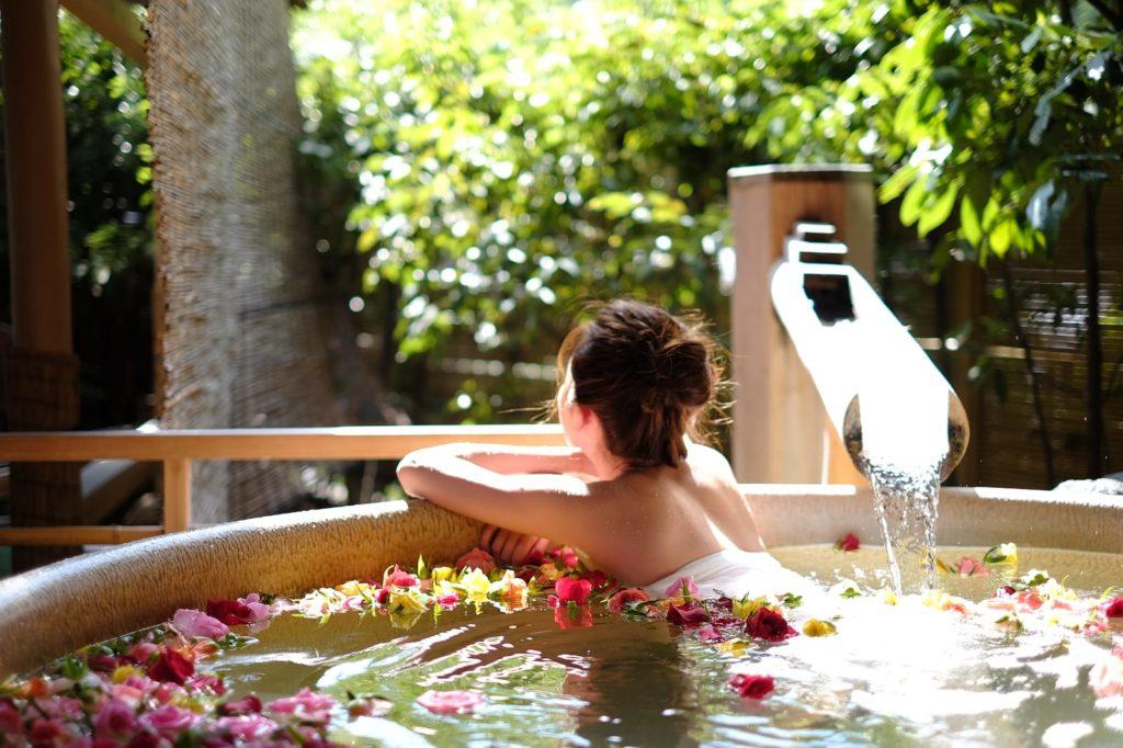 這次拍攝行程緊密,家旻忙裏偷閒浸溫泉,更大曬白滑玉背。