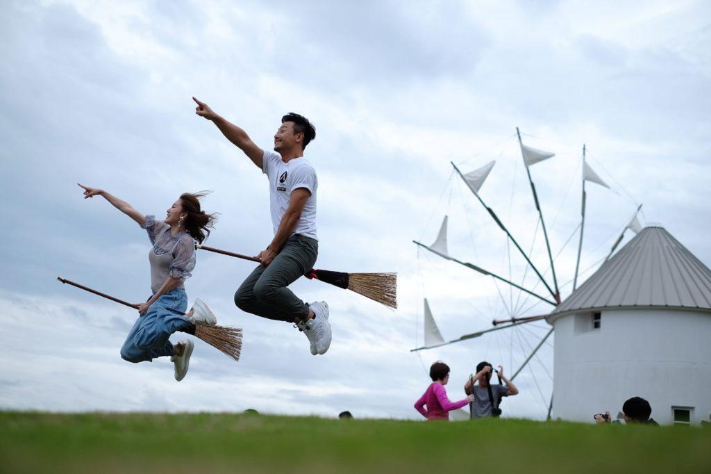 蔣家旻與楊潮凱到電影《魔女宅急便》的場景,坐住掃帚跳起拍照,跳到大汗淋漓。