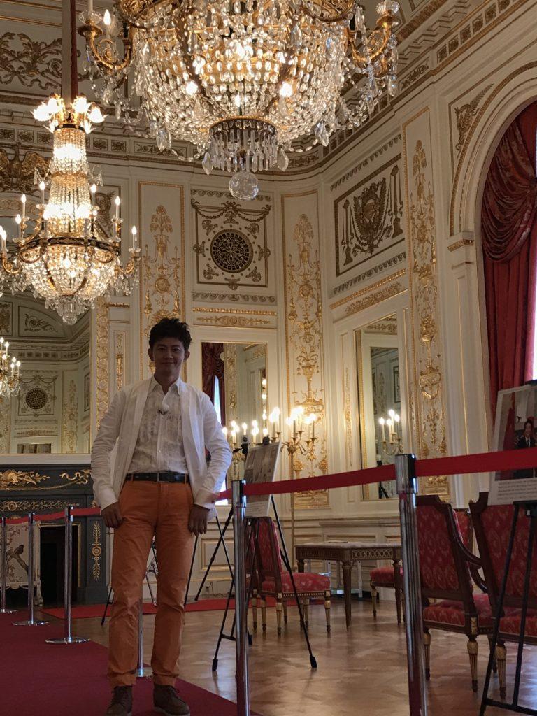 明治天皇的皇宮,富麗堂皇的程度,完全比得上路易十四的凡爾賽宮。