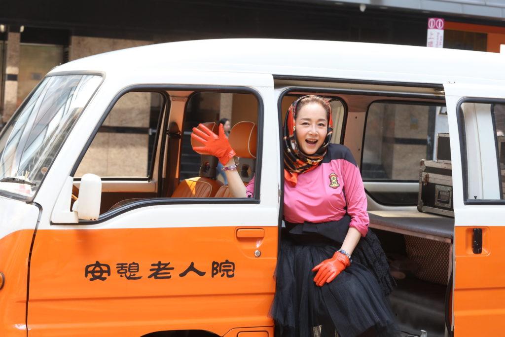闊別香港影壇十多年的恬妞,因為兩個原因,決定回歸香港接拍林敏驄執導的賀歲片。