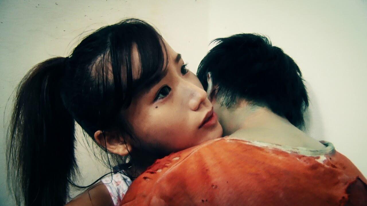女主角松本逢花(橋本柚稀飾)一直被戲中導演日暮隆之嫌棄演技生硬,電影後段將會揭開背後的原由。