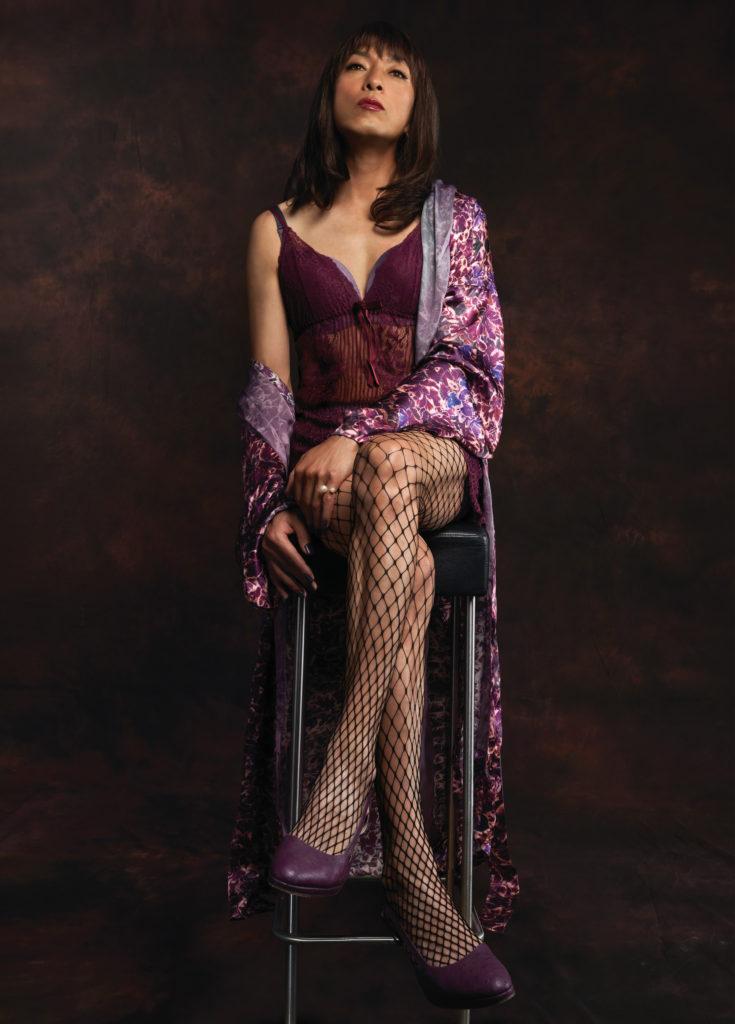 姜皓文為了這雙美腿下了不少美容功夫,能夠穿上這套女裝衫,他不感尷尬,反而很高興能穿得上。