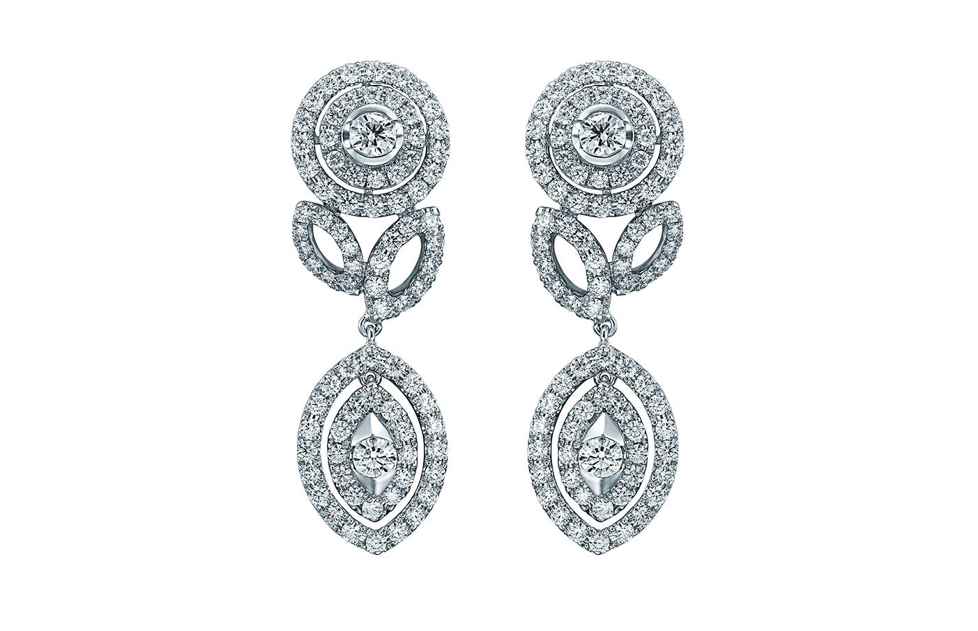 妍雅系列盛姿耳環,鑲有168顆共重4.274卡鑽石。一顆顆璀璨麗澤美鑽排列出初開的花卉,讓人眩目着迷。