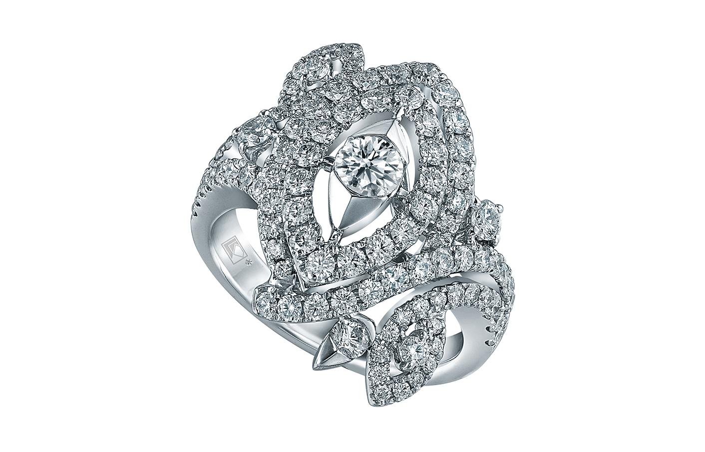 妍雅系列幻彩II指環,鑲有102顆共重1.727卡鑽石。麗澤圓形主鑽鑲似欖形美鑽,一對同心欖形環繞主鑽及小鑽鑲嵌,外圍的欖形線條從兩側繞過,盡顯精巧華麗的造工。