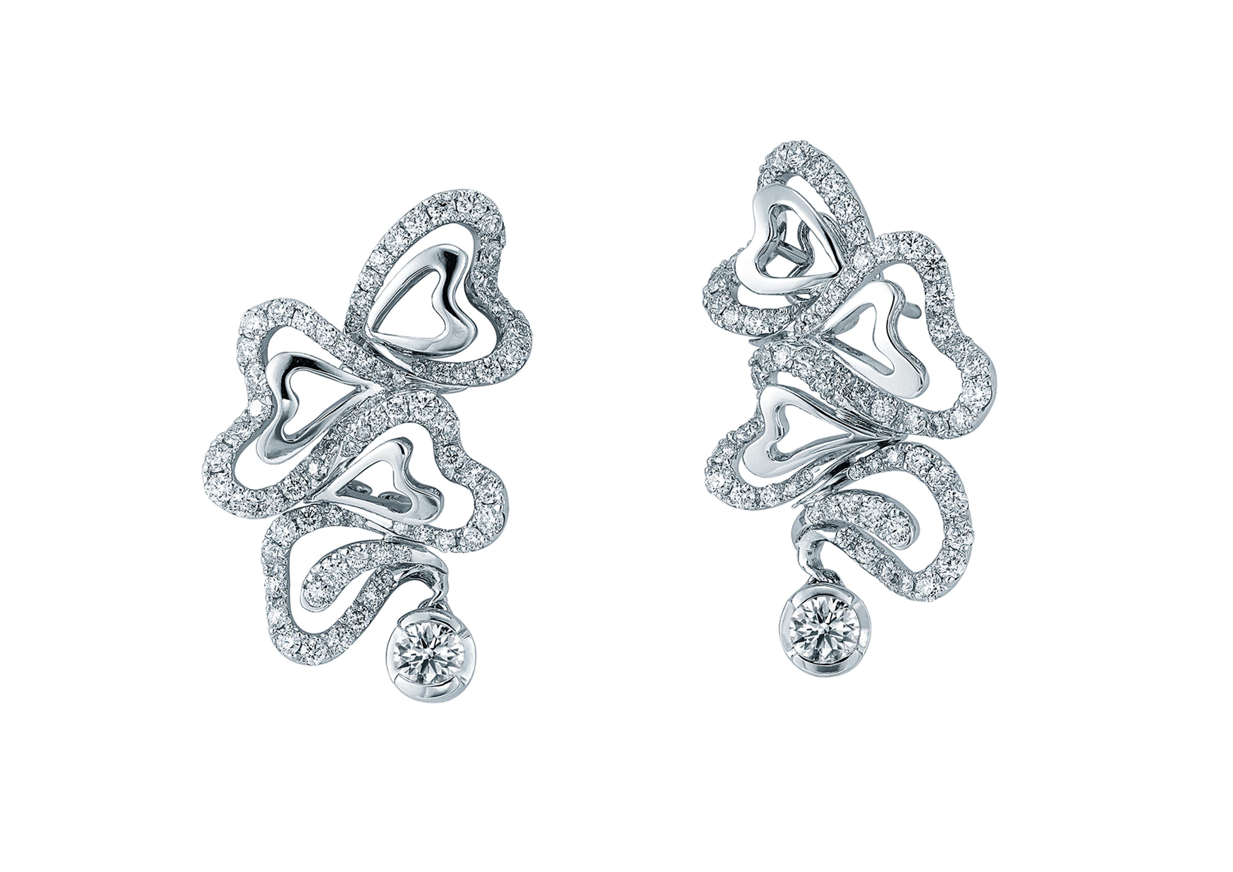 時尚系列夢幻耳環,鑲有146顆共重2.469卡鑽石。一顆閃爍主鑽被以碎鑽盤成的一個個愛心交織着,每個美鑽愛心再環抱一顆白金愛心,蘊含夢幻般的浪漫和詩意。