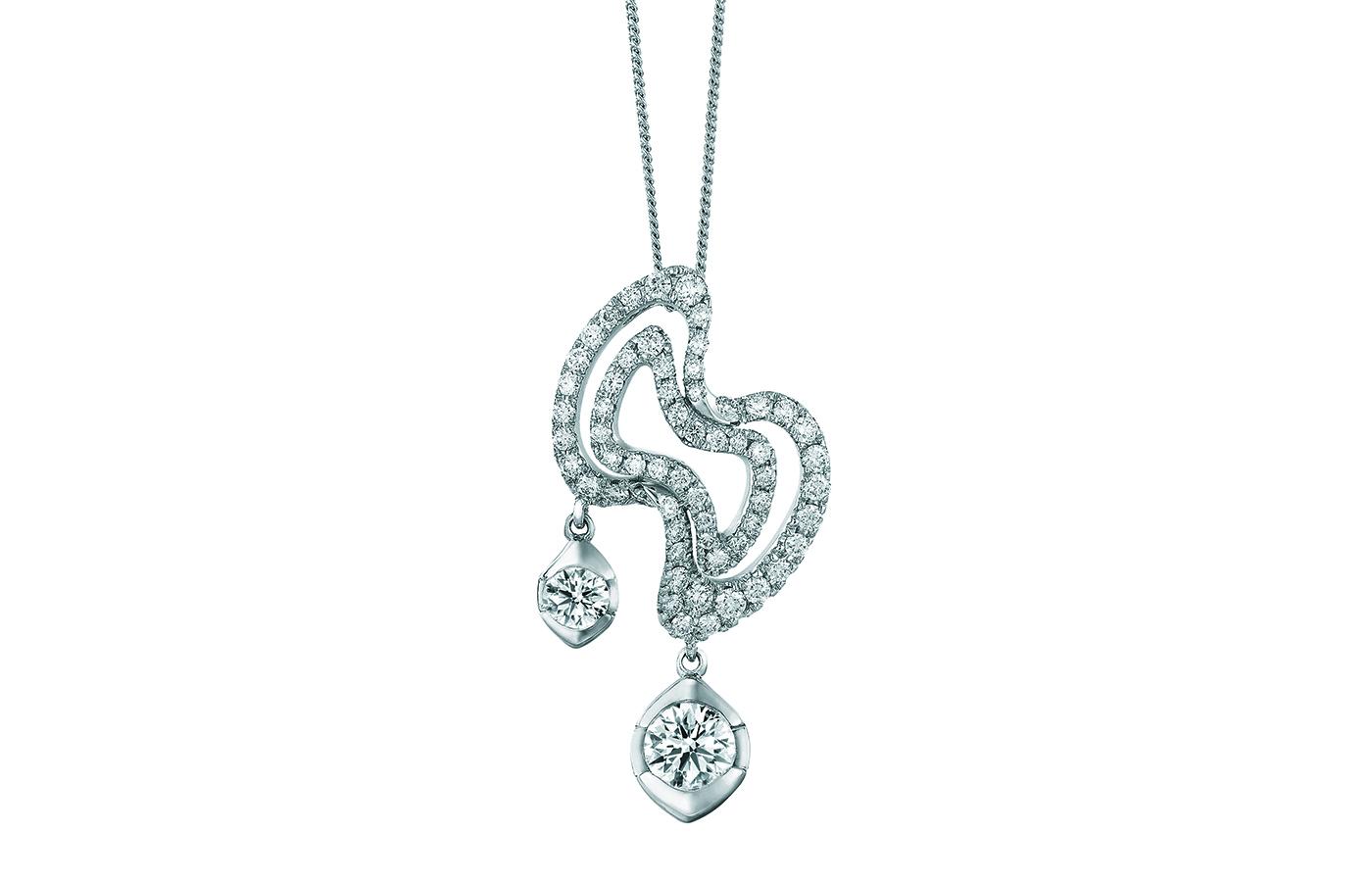時尚系列夢采飾墜,鑲有62顆共重1.364卡鑽石。飾墜中央由華麗的閃鑽鋪砌成簡約的蝴蝶結,垂吊兩顆大小不一、各具特色的美鑽,綻放耀眼光芒。